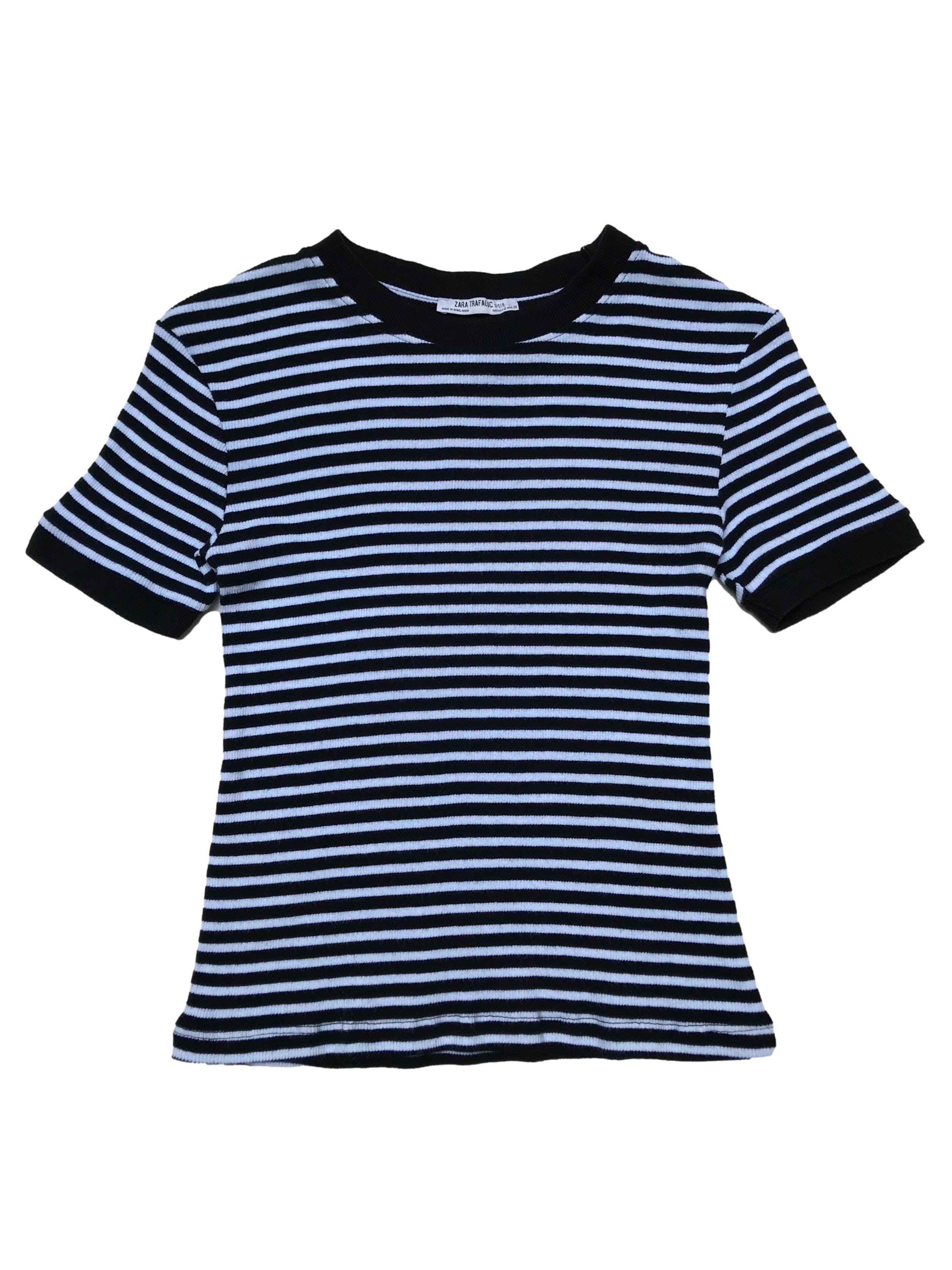 Polo Zara a rayas blancas y negras, textura acanalada, cuello y mangas de rib. Largo 50cm