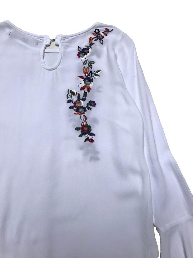 Blusa Mentha&chocolate blanca con bordado y puños campana, tiene broche posterior en el cuello. Busto 90cm Largo 55cm. Precio original S/169 foto 2