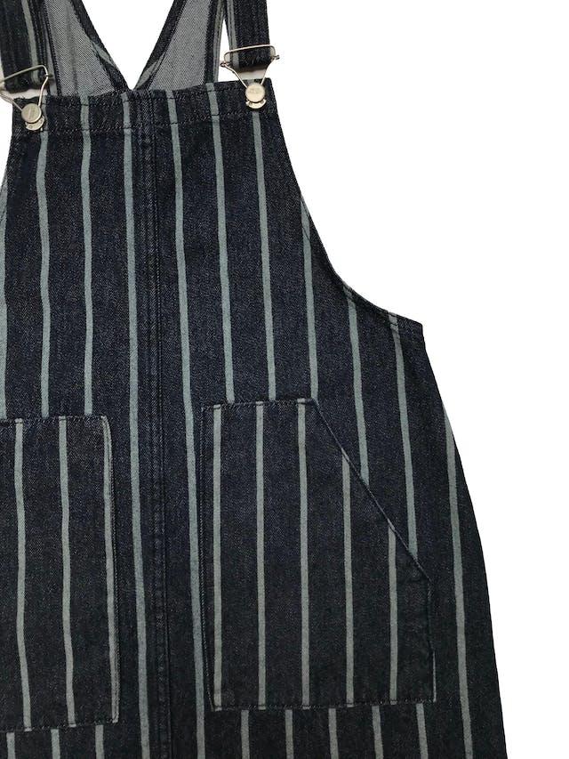 Jumper de jean 100% Algodón Azul oscuro con líneas verticales, tirantes regulables con sujetadores metálicos, bolsillos delanteros y basta desflecada. Ancho 94cm. Largo desde pecho 63 cm.   foto 2