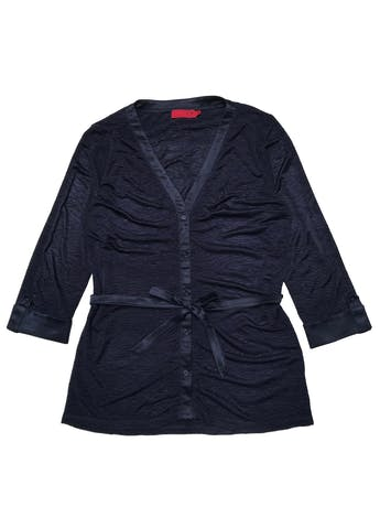 Blusa CP de tela sedosa con textura corrugada, manga 3/4 con dobladillo y cinto satinados para amarrar. Busto 100cm. Largo 70cm. foto 1