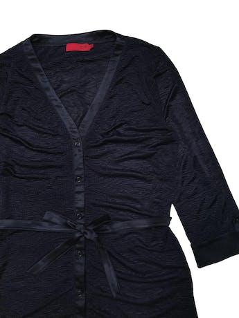 Blusa CP de tela sedosa con textura corrugada, manga 3/4 con dobladillo y cinto satinados para amarrar. Busto 100cm. Largo 70cm. foto 2