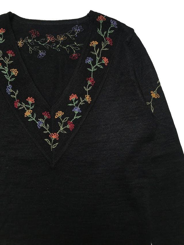 Chompa mezcla de alpaca, cuello en V con bordado de flores. Largo 55cm Busto 95cm. foto 2