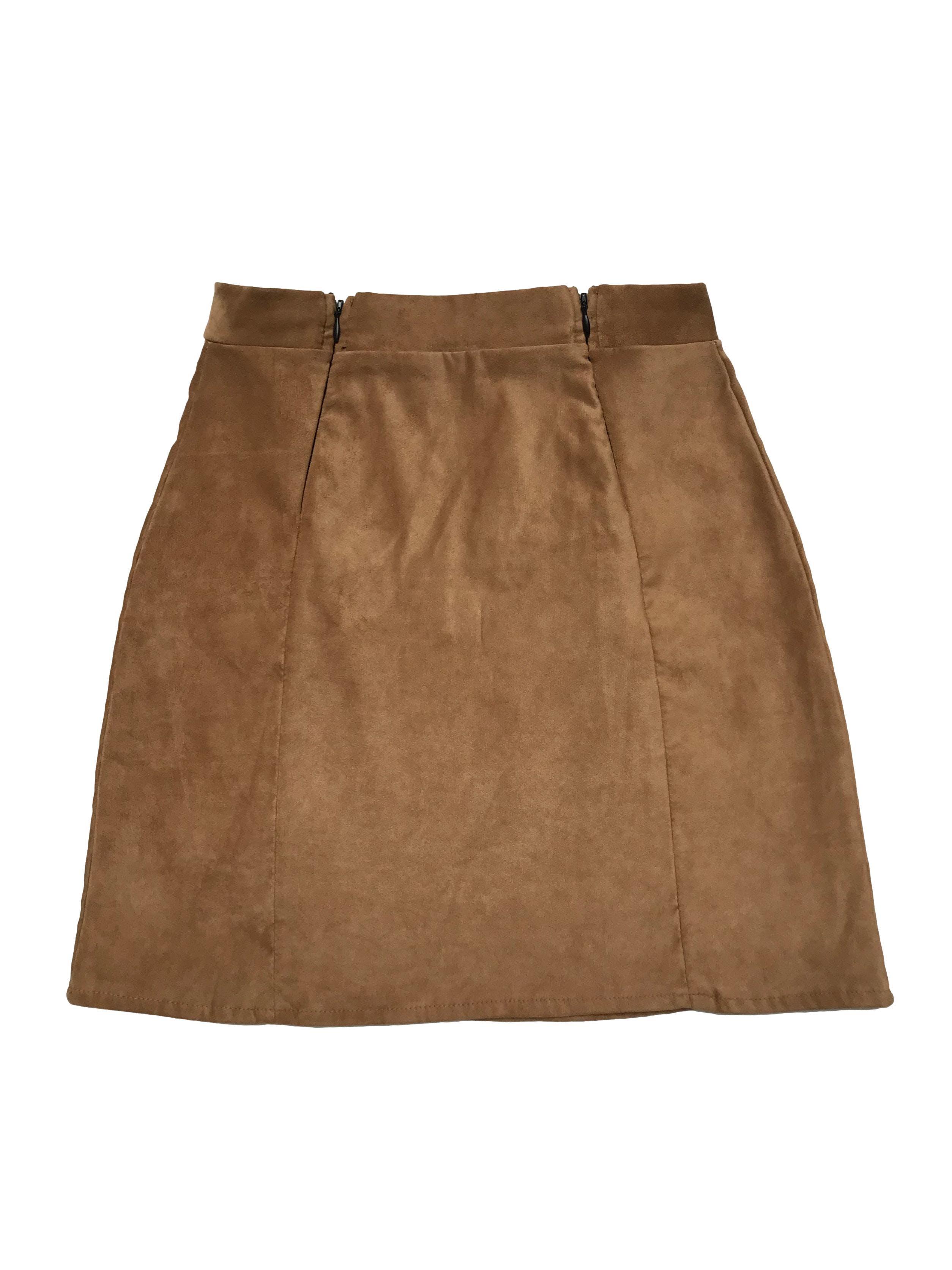 Falda piel de durazno camel, stretch, con dos cierres delanteros. Cintura 62cm sin estirar Largo 41cm.