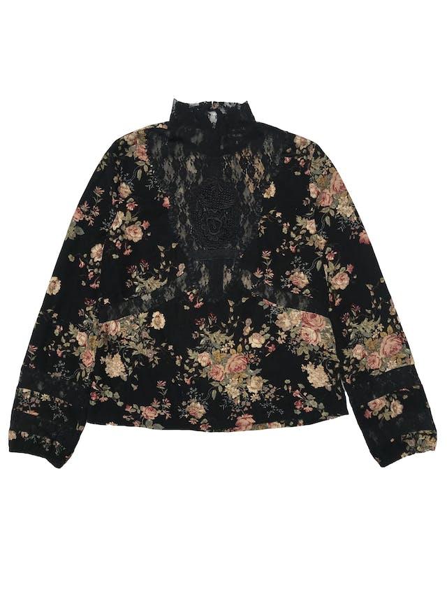 Blusa de pana negra con estampado de flores, detalles de encaje, cuello alto con cierre y botón posteriores, puños con elástico y aberturas laterales en la basta. Busto 100cm Largo 53cm foto 1