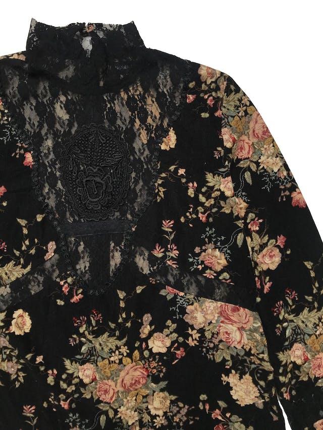 Blusa de pana negra con estampado de flores, detalles de encaje, cuello alto con cierre y botón posteriores, puños con elástico y aberturas laterales en la basta. Busto 100cm Largo 53cm foto 2