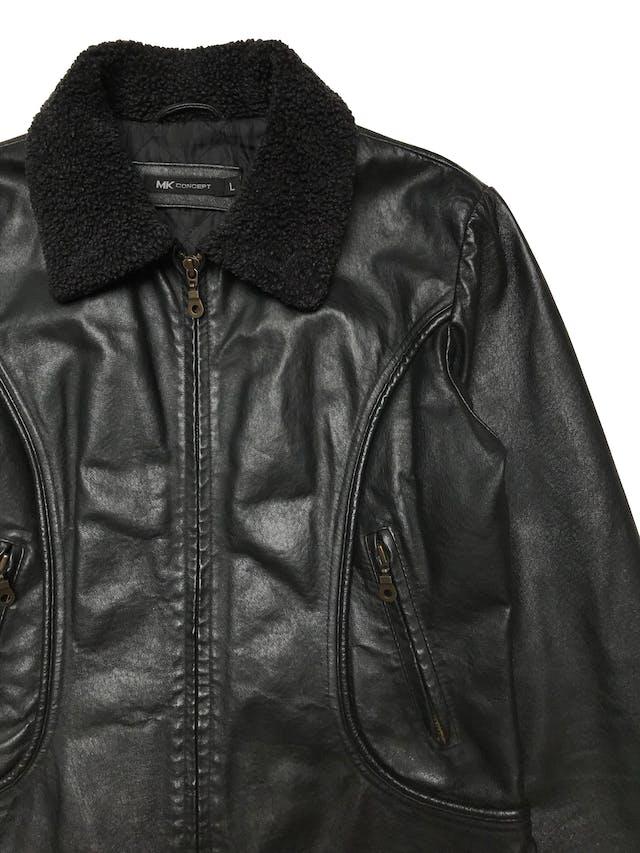 Casaca vintage de cuero negro con cierre frontal y bolsillos delantero, cuello borreguito, es forrada. Largo 55cm. Ancho 100cm. Tiene algunos signos de uso en el borreguito. foto 2