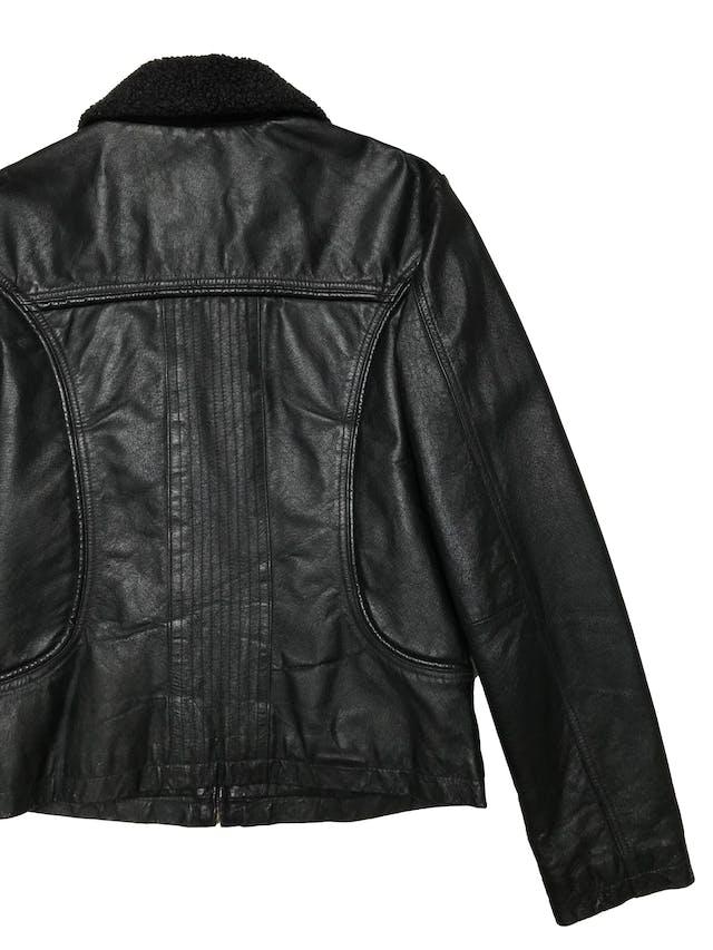Casaca vintage de cuero negro con cierre frontal y bolsillos delantero, cuello borreguito, es forrada. Largo 55cm. Ancho 100cm. Tiene algunos signos de uso en el borreguito. foto 3