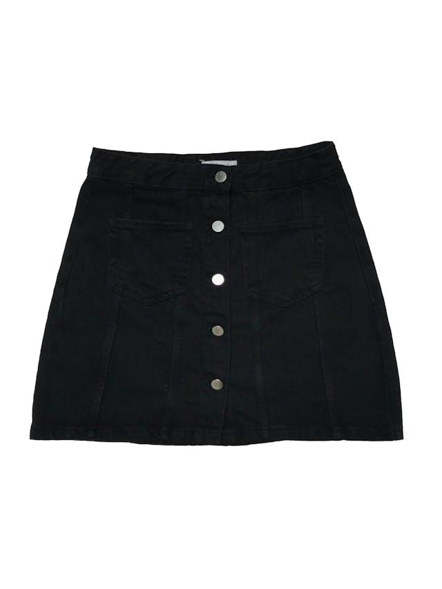 Falda Zara denim negra con botones metálicos y bolsillos en la parte delantera. Cintura 72cm Largo 40cm. foto 1