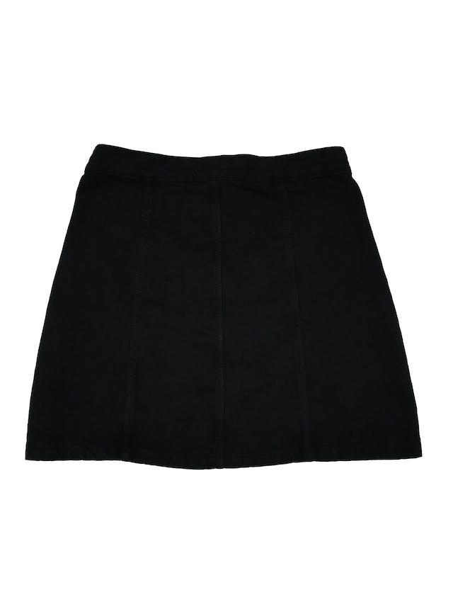 Falda Zara denim negra con botones metálicos y bolsillos en la parte delantera. Cintura 72cm Largo 40cm. foto 2