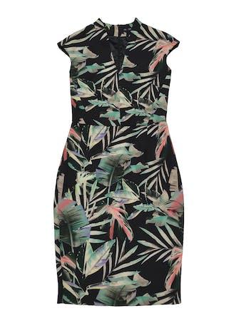 Vestido Zara negro con print de hojas, escote en V, cierre invisible posterior y tiene forro en el top. Busto 90cm Cintura 72cm Largo 100cm. Precio original S/ 219 foto 1