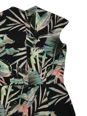 Vestido Zara negro con print de hojas, escote en V, cierre invisible posterior y tiene forro en el top. Busto 90cm Cintura 72cm Largo 100cm. Precio original S/ 219 foto 2