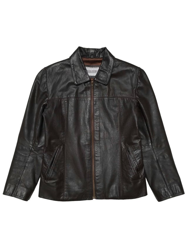 Casaca de cuero marrón, marca Argentina Reza Duro, forrada, con bolsillos y cierre delanteros. Largo 56 cm. Ancho 94 cm.  foto 1