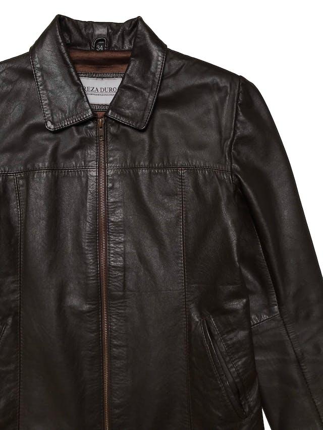 Casaca de cuero marrón, marca Argentina Reza Duro, forrada, con bolsillos y cierre delanteros. Largo 56 cm. Ancho 94 cm.  foto 2