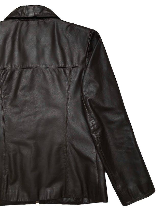 Casaca de cuero marrón, marca Argentina Reza Duro, forrada, con bolsillos y cierre delanteros. Largo 56 cm. Ancho 94 cm.  foto 3