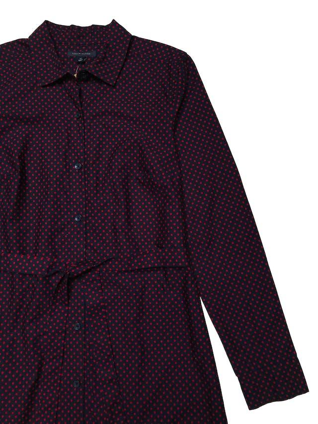Vestido Tommy Hilfiger 100% algodón azul con lunares rojos, modelo camisero con cinto para amarrar, mangas largas con botones en puños. Busto 98cm Largo 95cm. Precio original S/ 439 foto 2