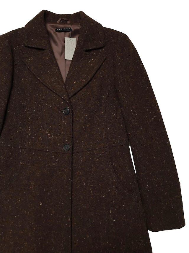 Abrigo Sisley marrón jaspeado, tela tipo lana compacta, forrado, tiene solapas, botones y bolsillos delanteros. Ancho 92cm Largo 95cm. Precio original S/ 700 foto 2