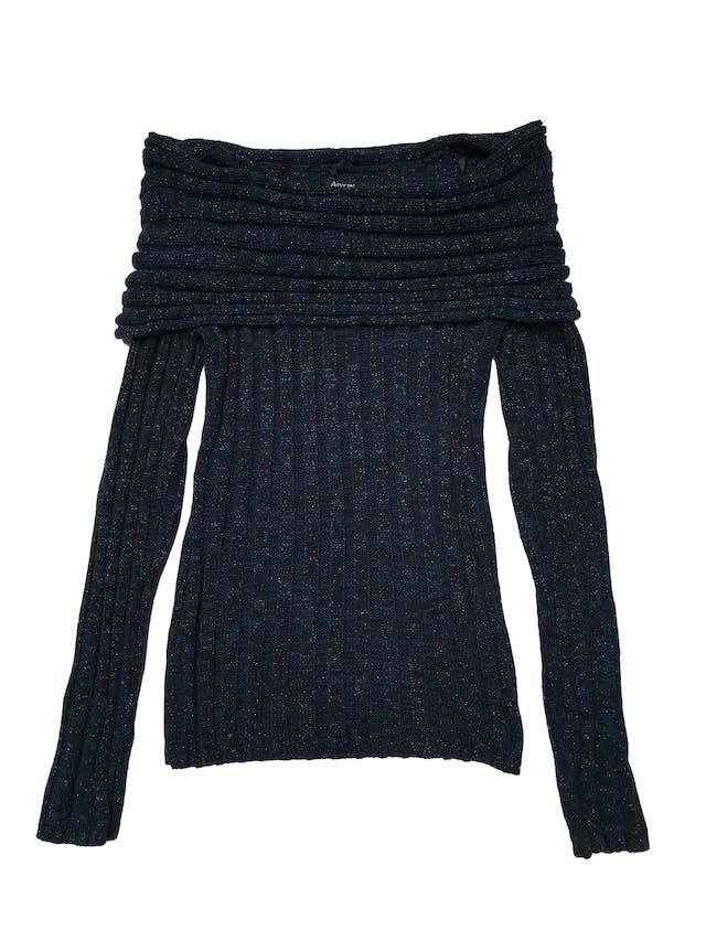 Chompa cuello barco. Tejido acanalado. Jaspeado en tono negro y azul. Largo 60 cm. foto 1