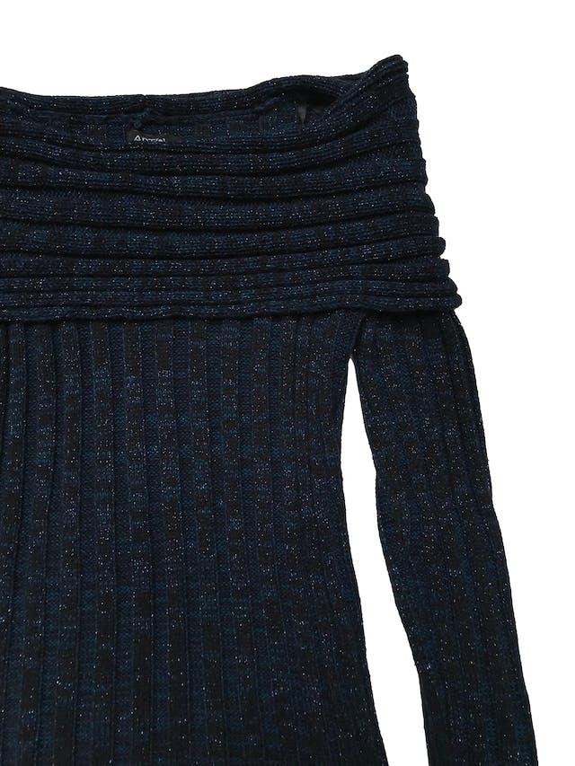 Chompa cuello barco. Tejido acanalado. Jaspeado en tono negro y azul. Largo 60 cm. foto 2