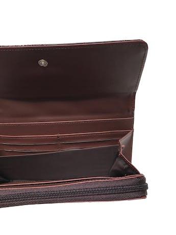 Billetera, compartimientos varios y cierre interno. Textura pitón, color guinda, con broche para cerrar. Medidas: 20 x 10 cm. foto 2