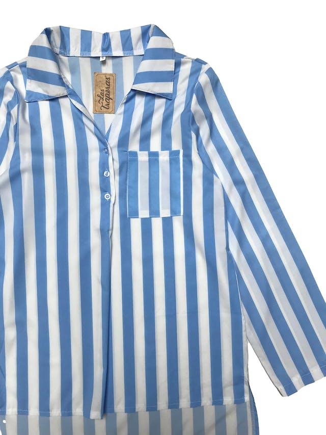 Blusa de tela fluida a rayas blancas y azules, botones en el escote y bolsillo en pecho, basta asimétrica más larga atrás. Busto 94cm Largo 63 - 70cm foto 2