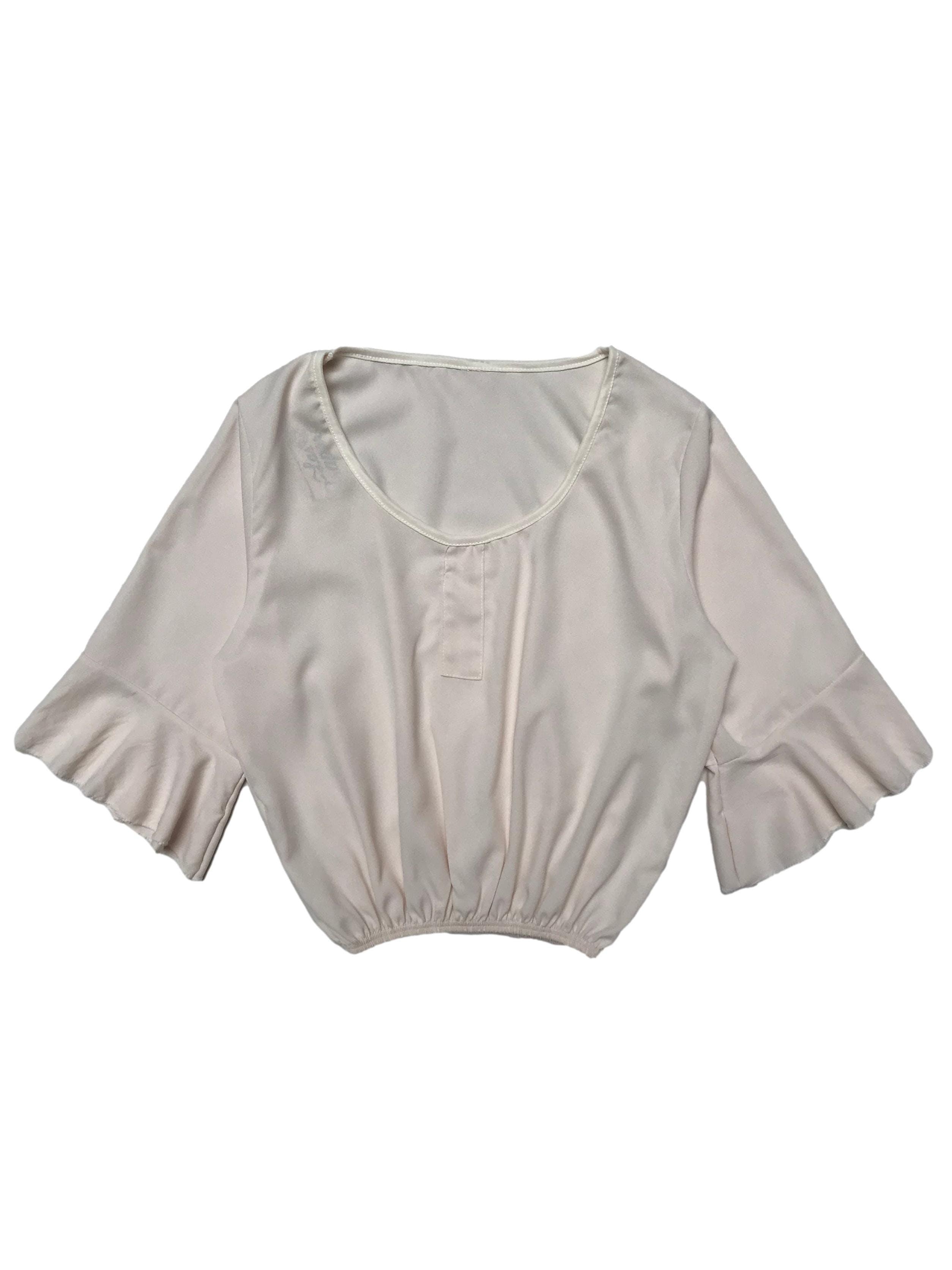 Blusa cuello redondo con mangas 3/4 acampanadas y elástico en basta. Largo 45cm. Busto 95cm.
