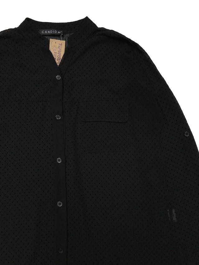 Blusa negra de gasa con textura de puntos en plush, canesú en la espalda, modelo suelto. , manga regulable con botón. Largo 60cm. Ancho 110 cm.   foto 2