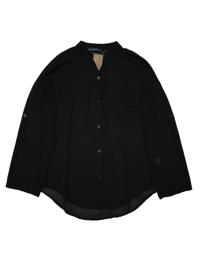 Blusa negra de gasa con textura de puntos en plush, canesú en la espalda, modelo suelto. , manga regulable con botón. Largo 60cm. Ancho 110 cm.   foto 1