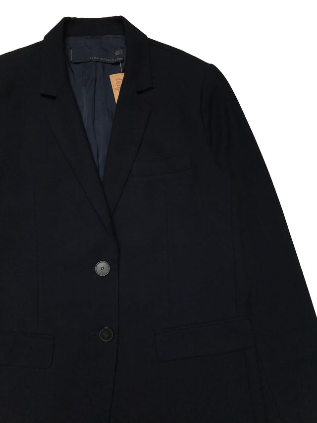 Blazer Zara overzsize corte recto, tela tipo lanilla azul, con solapas, dos botones al centro y bolsillos tapa. Ancho 110cm Largo 70cm. Precio original S/ 279 foto 2