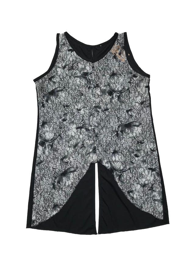 Blusa sin mangas, cuello redondo, encaje delantero en tonos blancos y negros, espalda de lycra con aberturas. Busto 92 cm. Largo 50-75 cm. foto 1