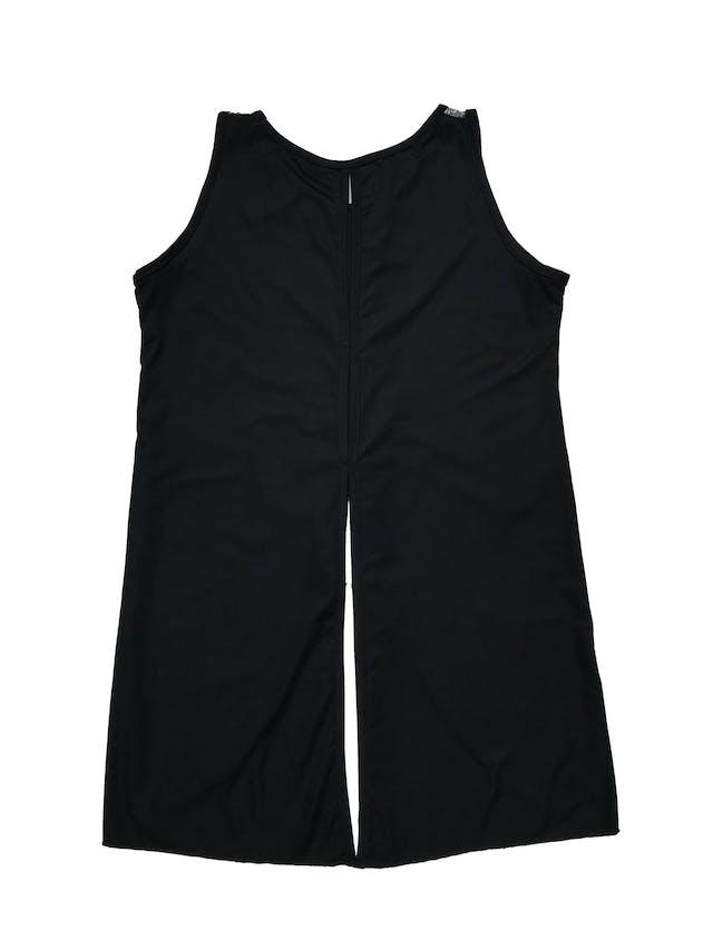 Blusa sin mangas, cuello redondo, encaje delantero en tonos blancos y negros, espalda de lycra con aberturas. Busto 92 cm. Largo 50-75 cm. foto 2