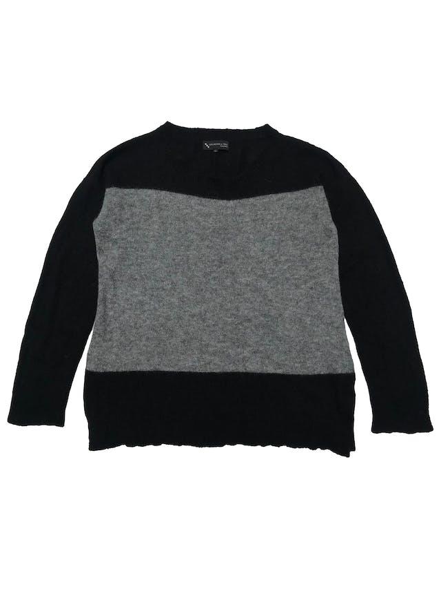 Chompa Incalpaca 73% baby alpaca 7% lana 20% nylon en franjas gris y negro, aberturas laterales en la basta. Ancho 110cm Largo 65cm. Precio original S/ 399 foto 1