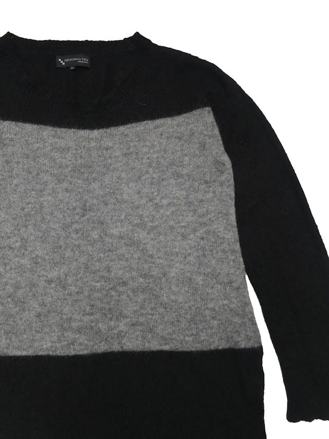 Chompa Incalpaca 73% baby alpaca 7% lana 20% nylon en franjas gris y negro, aberturas laterales en la basta. Ancho 110cm Largo 65cm. Precio original S/ 399 foto 2