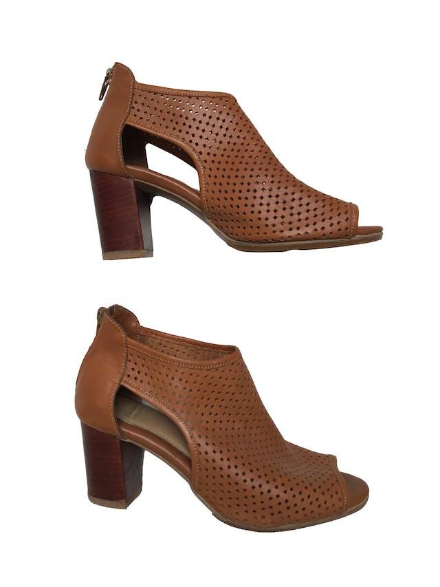 Zapatos Bata de cuero camel calado, punta abierta y cierre en  el talón, taco grueso 7cm. Estado 9/10. Precio original S/ 159 foto 1
