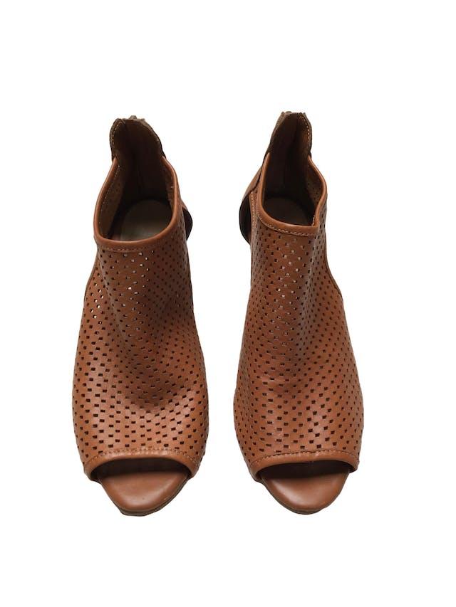 Zapatos Bata de cuero camel calado, punta abierta y cierre en  el talón, taco grueso 7cm. Estado 9/10. Precio original S/ 159 foto 2