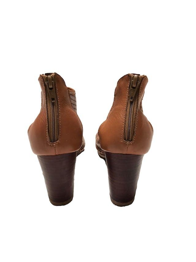 Zapatos Bata de cuero camel calado, punta abierta y cierre en  el talón, taco grueso 7cm. Estado 9/10. Precio original S/ 159 foto 3