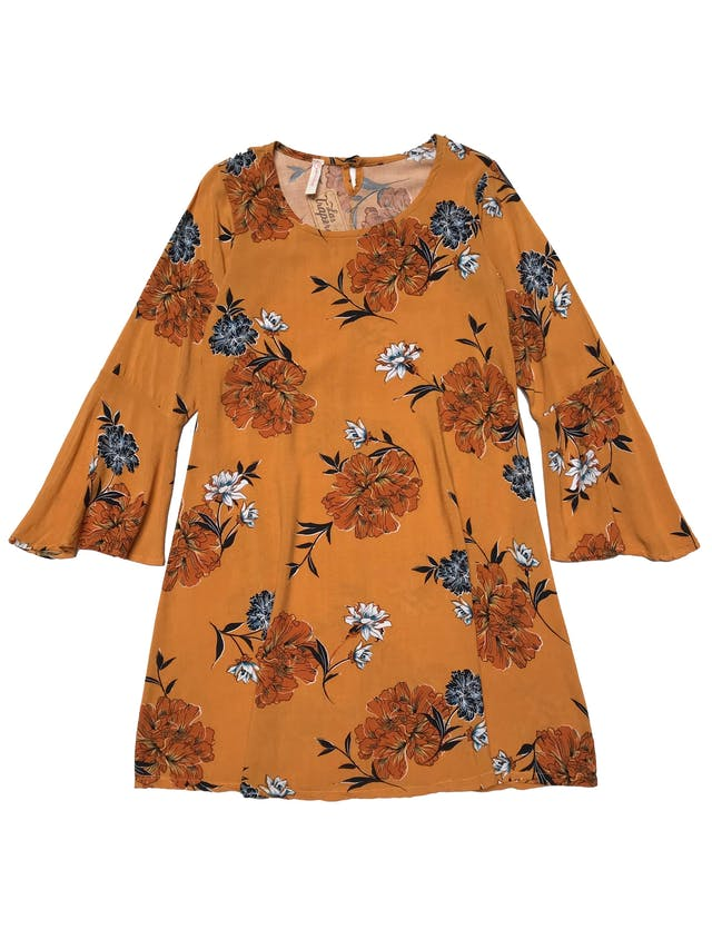 Vestido de tela tipo chalis mostaza con print de flores, cuerpo en A y puños campana. Busto 90cm Largo 84cm foto 1