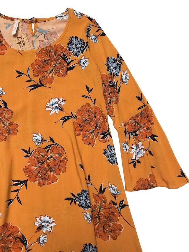 Vestido de tela tipo chalis mostaza con print de flores, cuerpo en A y puños campana. Busto 90cm Largo 84cm foto 2