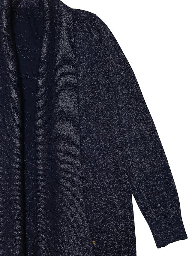Cardigan tejido fino rico al tacto, en tono azul e hilos brillantes, modelo abierto. Ancho 100cm. Largo 80cm. foto 2