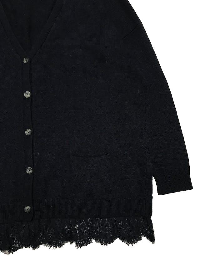 Cardigan oversize Cortefiel de punto azul con botones delanteros y detalle encaje en la basta. Busto 120cm Largo 65cm. Precio original S/ 199 foto 2