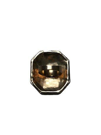 Anillo vintage placa metálica dorada con acrílico negro facetado e incrustaciones tipo diamantes. Medidas 4x3.5cm foto 2