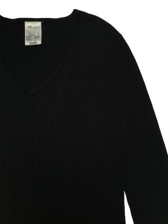 Chompita Apology negra acanalada, cuello en v y maga 3/4. Ancho 102cm sin estirar Largo 65cm foto 2