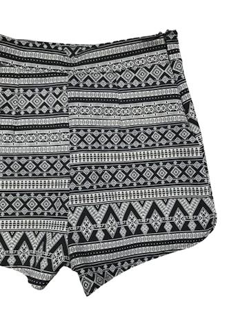 Short a la cintura con estampado tribal blanco y negro. Cierre invisible lateral derecho, es stretch. Cintura 66cm.  Largo 34cm.  foto 2