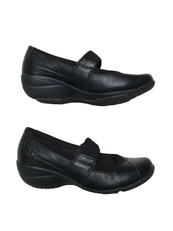 Zapatos Hush puppies de cuero negro con tira en empeine, taco cuña de 4cm. Estado 8.5/10 foto 1