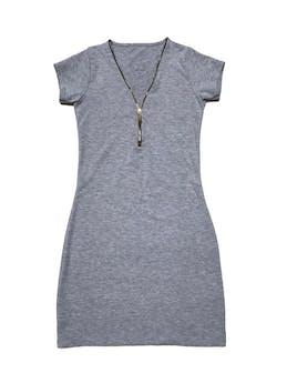 Vestido tipo algodón stretch plomo con cierre en escote, es pegado. Largo 78 cm.  foto 1