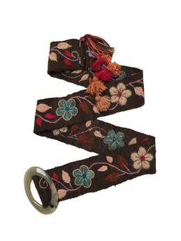 Correa ancha de tejido marrón con bordado de flores, borlas colgantes en extremo y hebilla acrílica. Ancho 7.5cm Largo 118cm.  foto 1
