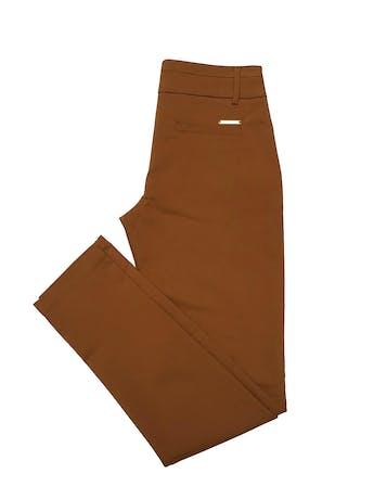 Pantalón Apology camel, formal, tiro medio, bolsillos laterales, corte slim ligeramente stretch. Cintura 75cm Cadera 94cm sin estirar Largo 102cm foto 2