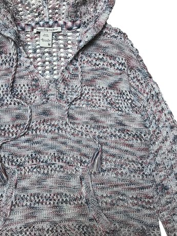 Chompa calada American Rag, jaspeada azul rosa y blanco, con capucha, bolsillos delantero y basta asimétrica. Ancho 110cm Largo 55-65cm. foto 2