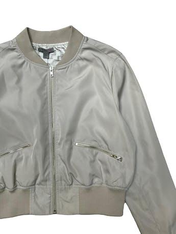 Bomber jacket corta, crema ligeramente satinada, forrada, pretina en cuello puños y basta, cierres delanteros. Busto 112cm Largo 47cm. foto 2
