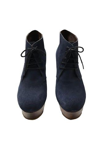 Botines Sirana de gamuza azul 100% cuero con pasadores, taco de madera 13cm plataforma 4cm. Estado 8/10. foto 2