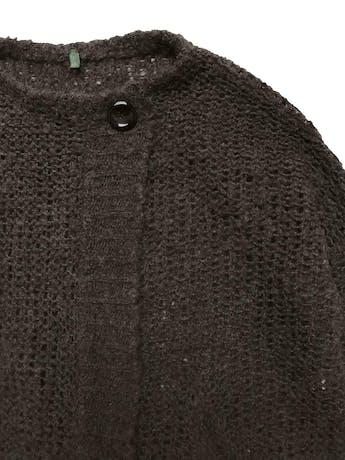 Chompa overzised Benetton 100% lana marrón, tejido calado, modelo cruzado con dos botones en el cuello y bolsilos delanteros. Ancho 120cm Largo 65cm foto 2